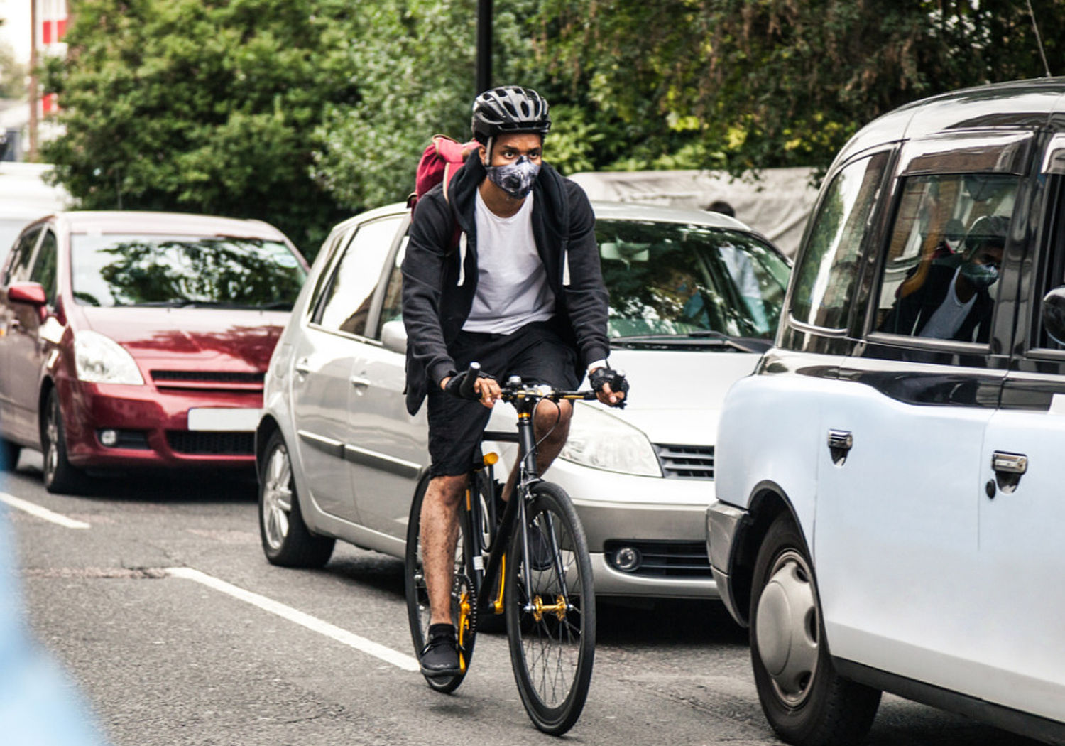Cyclist commuter wearing a pollutionmask